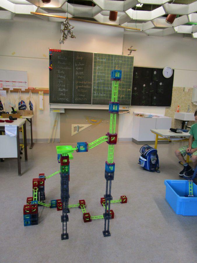 Hewenschule Engen - Dieses Kugelbahnkunstwerk der Schüler aus Klasse 4 und 5