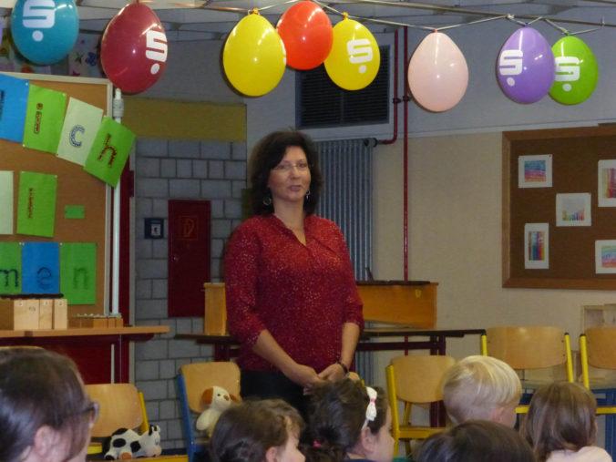 Hewenschule - Einschulungsfeier - Frau Janisch begrüßt