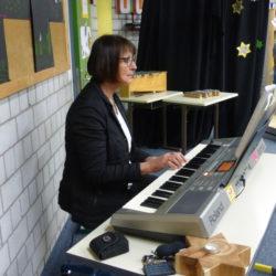 Frau Ritter begleitet am Keyboard